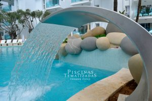 Piscina con cascada de rocas y jacuzzi en hotel de Mallorca