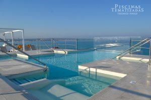 Piscina voladiza en la cubierta de un hotel en Mallorca