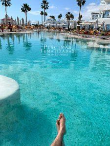 Diseño y construcción de piscinas modernas con playas