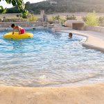 Construcción de piscinas modernas con cascadas y rocas artificiales.